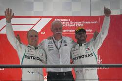Valtteri Bottas, Mercedes-AMG F1, Dr. Dieter Zetsche, PDG de Daimler AG et Lewis Hamilton, Mercedes-AMG F1 fêtent leur doublé sur le podium