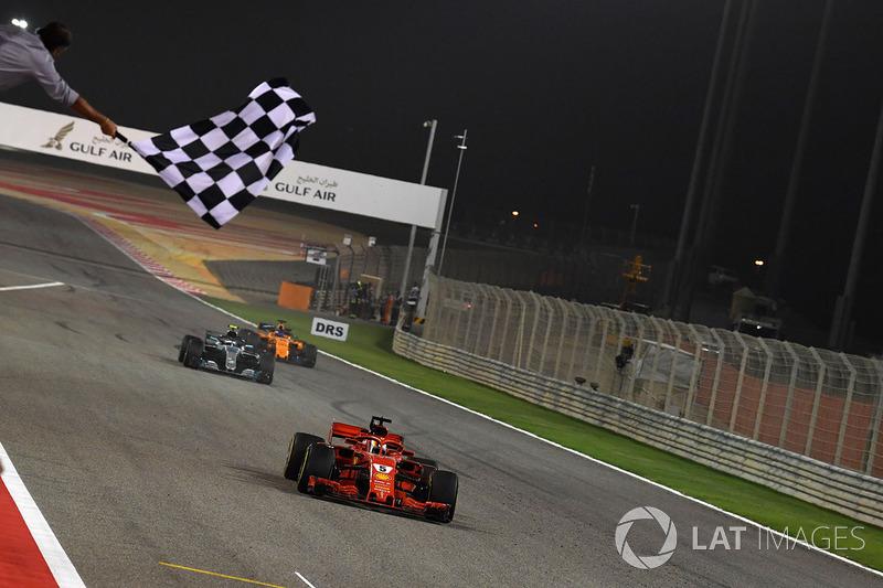Переможець гонки Себастьян Феттель, Ferrari SF71H перетинає фінішну лінію