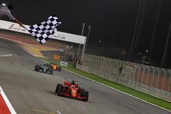 Le vainqueur Sebastian Vettel, Ferrari SF71H, coupe la ligne d'arrivée