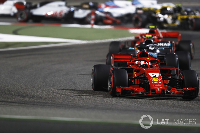 Sebastian Vettel, Ferrari SF71H, Valtteri Bottas, Mercedes AMG F1 W09, y Kimi Raikkonen, Ferrari SF71H