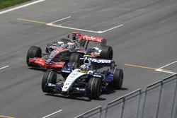 Фернандо Алонсо, McLaren MP4-22, и Алекс Вурц, Williams FW29
