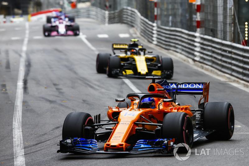 Fernando Alonso, McLaren MCL33, y Carlos Sainz Jr., Renault Sport F1 Team R.S. 18