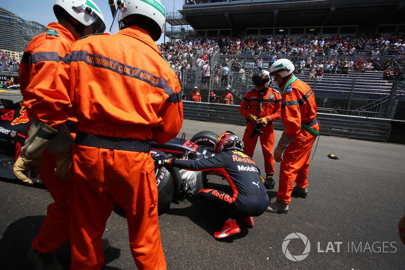 Max Verstappen, Red Bull Racing RB14 chocado