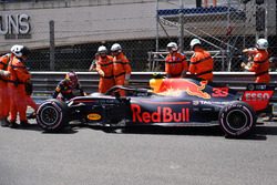 Les commissaires s'occupent de la voiture de Max Verstappen, Red Bull Racing RB14, après son crash