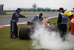 Marshals remove the smoking car of Daniel Ricciardo, Red Bull Racing RB14 Tag Heuer, after an engine failure