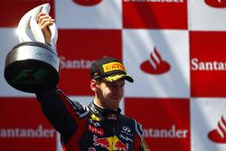Podio: ganador de la carrera Sebastian Vettel, Red Bull Racing RB7
