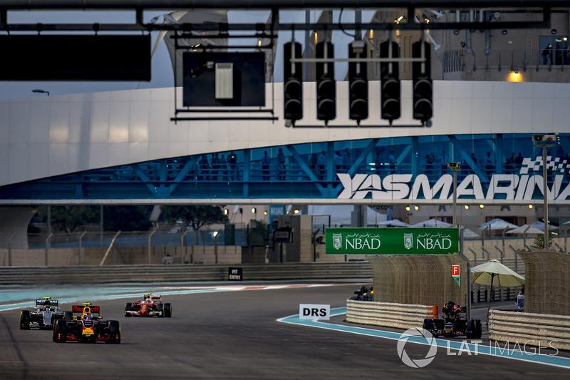 Макс Ферстаппен, Red Bull Racing RB12, Ніко Росберг, Mercedes F1 W07 Hybrid, і Кімі Райкконен, Ferrari SF16-H, Даніїл Квят, Toro Rosso STR11 Ferrari, сходить