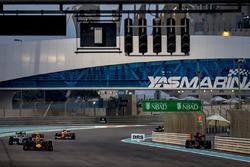 Max Verstappen, Red Bull Racing RB12, voor Nico Rosberg, Mercedes F1 W07 Hybrid, en Kimi Raikkonen, Ferrari SF16-H, terwijl Daniil Kvyat, Toro Rosso STR11 Ferrari opgeeft