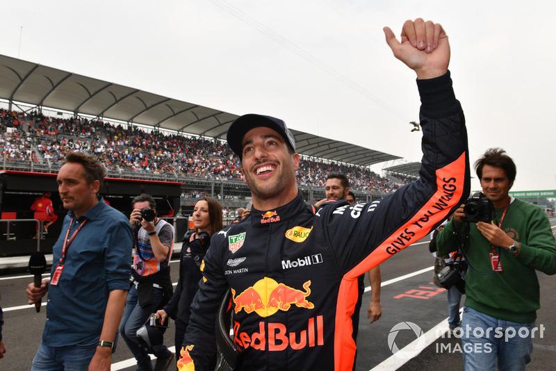 Ricciardo pole pozisyonunu kutluyor