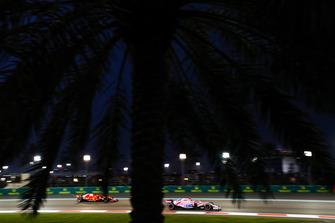 Esteban Ocon, Racing Point Force India VJM11, devant Sebastian Vettel, Ferrari SF71H