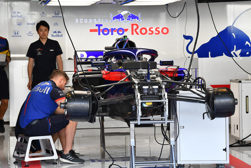 Toro Rosso STR13 в боксах
