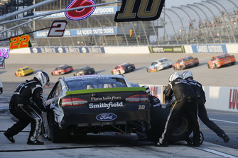Pit stop, Aric Almirola, Stewart-Haas Racing, Ford Fusion Smithfield after the crash