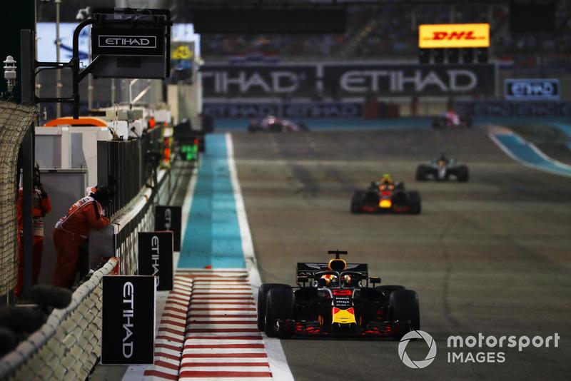 Daniel Ricciardo, Red Bull Racing, Max Verstappen, Red Bull Racing RB14, y Lewis Hamilton, Mercedes AMG F1 W09 EQ Power+