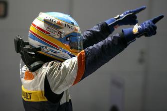 Fernando Alonso, Renault F1 Team R28 festeggia nel parco chiuso