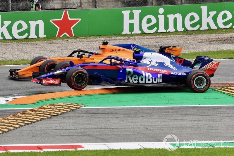 Fernando Alonso, McLaren MCL33 y Pierre Gasly, Scuderia Toro Rosso STR13 pelean