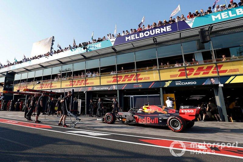 Max Verstappen, Red Bull Racing RB15, arriva al suo box