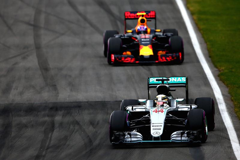Льюїс Хемілтон, Mercedes AMG F1 W07 випереджає Макса Ферстаппена, Red Bull Racing RB12