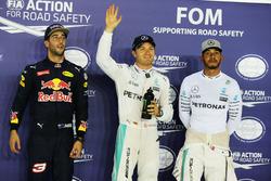 Первая тройка в квалификации: Даниэль Риккардо, Red Bull Racing, второй; Нико Росберг, Mercedes AMG