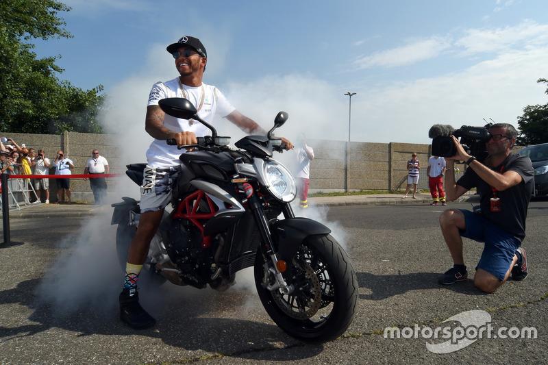Lewis Hamilton, Mercedes doing burnouts