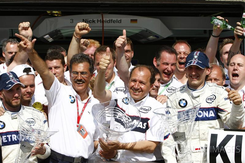В BMW Sauber ликовали: немецкая команда не просто одержала первую победу в истории, а сразу же взяла «дубль»