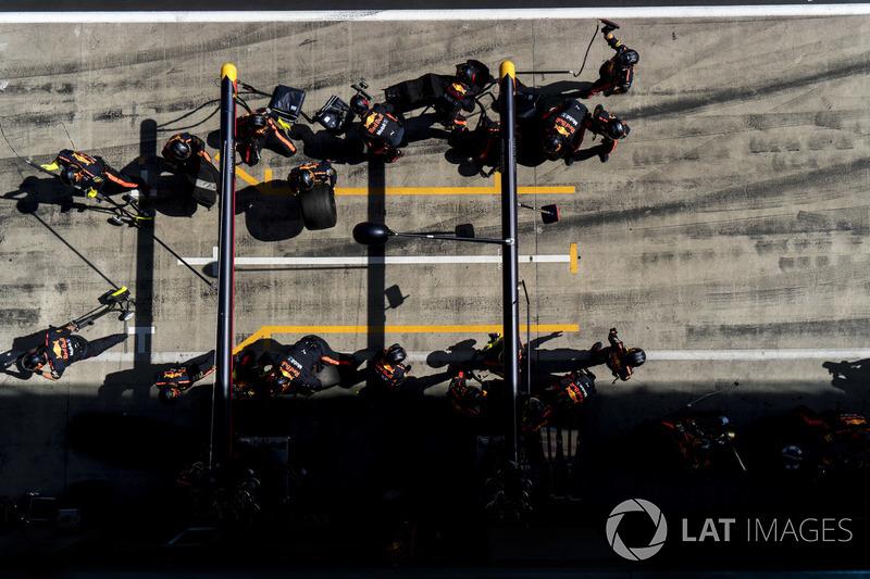 La pit crew Red Bull riordina dopo un pit stop