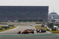 Fernando Alonso, McLaren MCL33, leads Daniel Ricciardo, Red Bull Racing RB14