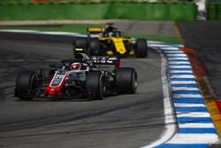Kevin Magnussen, Haas F1 Team VF-18, delante de Nico Hulkenberg, Renault Sport F1 Team R.S. 18