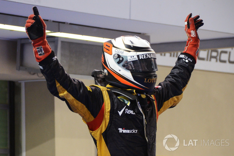 Il vincitore della gara, Kimi Raikkonen, Lotus F1 Team festeggia nel parc ferme
