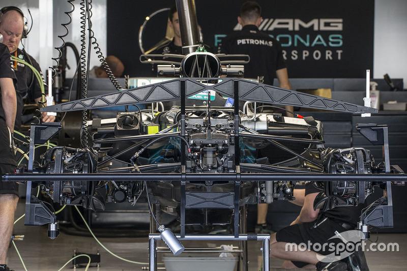 El W08 de Mercedes-Benz F1 en el box