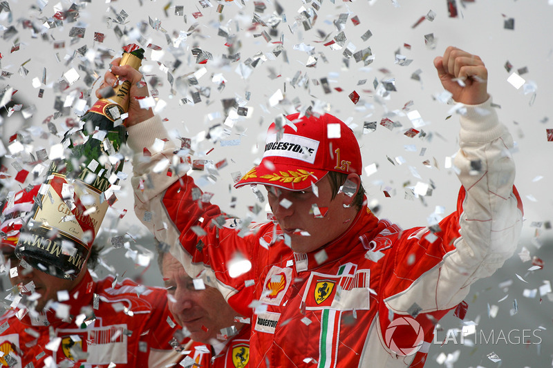 Kimi Raikkonen, Ferrari festeggia sul podio il Mondiale