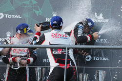 Sur le podium : les vainqueurs #8 Toyota Gazoo Racing Toyota TS050: Sébastien Buemi, Kazuki Nakajima, Fernando Alonso, célèbrent leur victoire au champagne