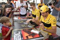 Carlos Sainz Jr., Renault Sport F1 Team ve Nico Hulkenberg, Renault Sport F1 Team imza seansında