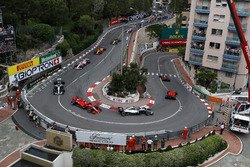 Daniel Ricciardo, Red Bull Racing RB14 leads at the start of the race