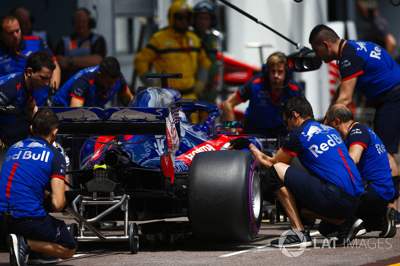 Brendon Hartley, Toro Rosso STR13, ai box durante le prove