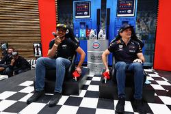 Гонщик Red Bull Racing Макс Ферстаппен и болельщик
