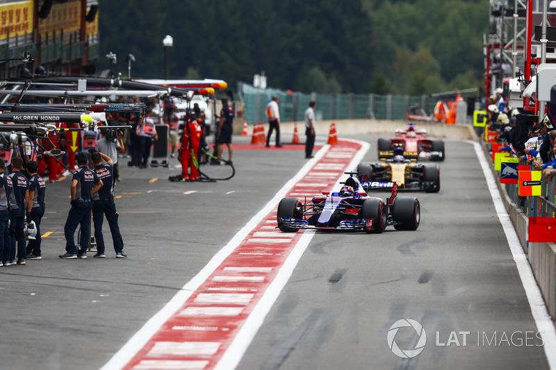 Daniil Kvyat, Scuderia Toro Rosso STR12, Jolyon Palmer, Renault Sport F1 Team RS17, Sebastian Vettel, Ferrari SF70H