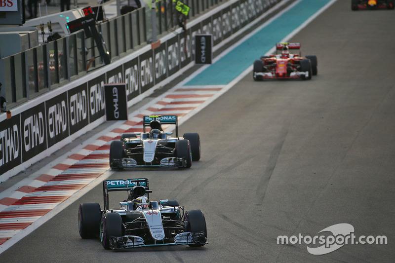 Lewis Hamilton, Mercedes AMG F1 W07 Hybrid delante de Nico Rosberg, Mercedes AMG F1 W07 Hybrid