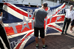 Jenson Button, McLaren signs a fan Union flag