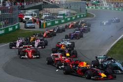 Valtteri Bottas, Mercedes-Benz F1 W08 , Max Verstappen, Red Bull Racing RB13 and Sebastian Vettel, Ferrari SF70H battle at the start of the race