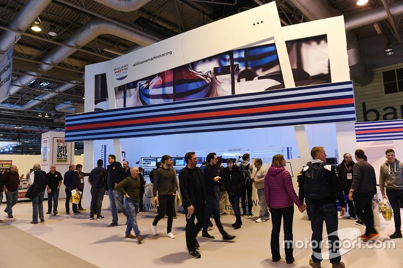 Aficionados pasan por el display de Martini Williams Racing
