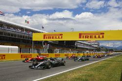 Rennstart: Lewis Hamilton, Mercedes AMG F1 W08; Sebastian Vettel, Ferrari SF70H