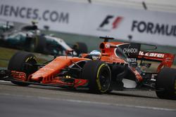 Fernando Alonso, McLaren MCL32; Valtteri Bottas, Mercedes AMG F1 W08