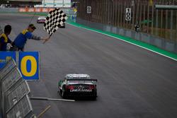 Felipe Fraga cruza a linha de chegada e conquista título da Stock Car