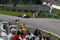 Carlos Sainz Jr., Scuderia Toro Rosso, walks away from his broken car in FP1