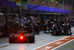 Kevin Magnussen, Haas F1 Team VF-17, pit stop action