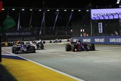 Carlos Sainz Jr., Scuderia Toro Rosso STR12 et Pascal Wehrlein, Sauber C36