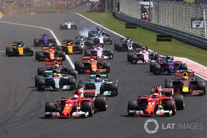 Себастьян Феттель, Ferrari SF70H, попереду Кімі Райкконена, Ferrari SF70H на старті гонки