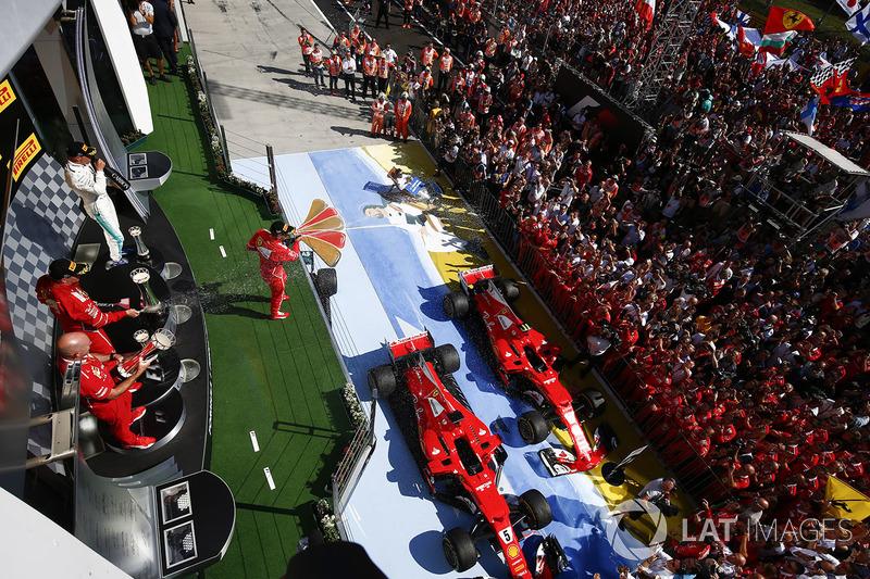 Multitudes se reúnen bajo el podio para apoyar a ganador de la carrera Sebastian Vettel, Ferrari, segundo lugar de Kimi Raikkonen, Ferrari, tercer lugar Valtteri Bottas, Mercedes AMG F1