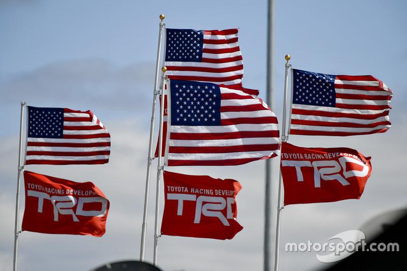 Banderas americanas con banderas TRD