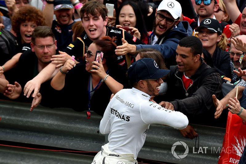 Ganador de la carrera Lewis Hamilton, Mercedes AMG F1 celebra con los fans en parc ferme